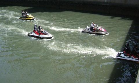 大岡川を走るボート.jpg